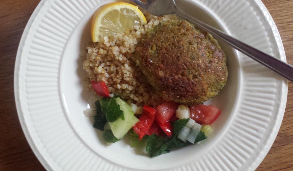 Veganistische bulgursalade met falafel