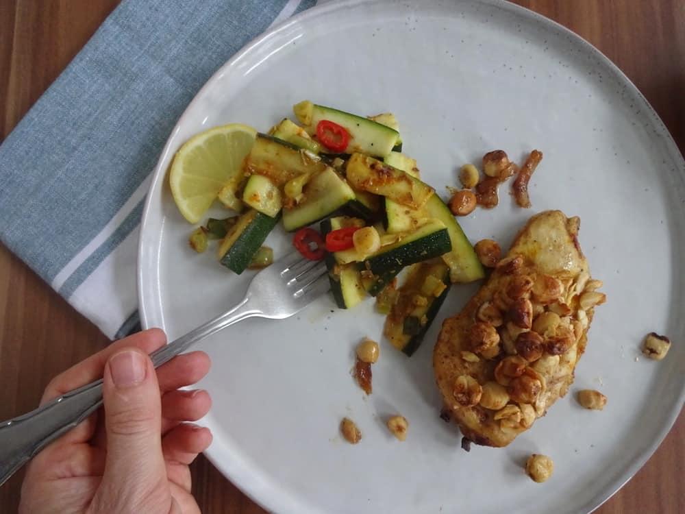Ottolenghi's kip met saffraan, hazelnoten en honing