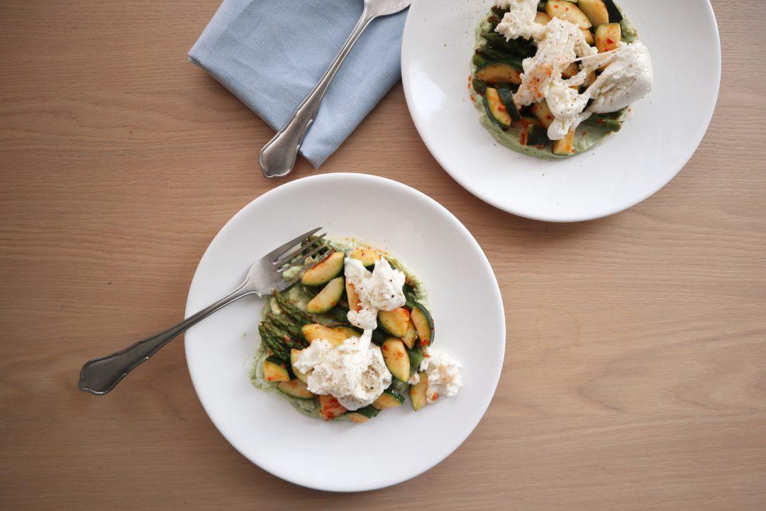 vegetarische salade courgette, aspergetips en avacadomousse