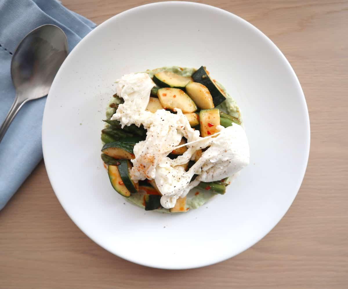 Lauwwarme salade courgette, aspergetips en avacadomousse